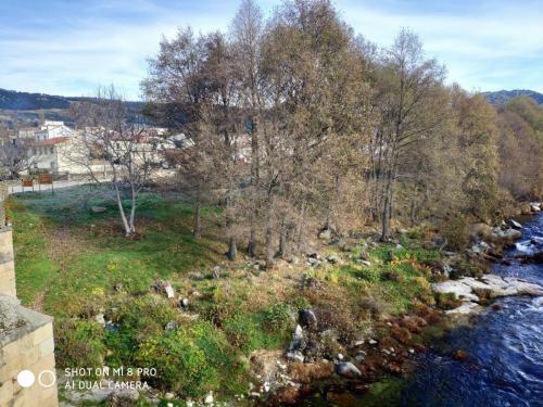 Vista del río y el pueblo desde el puente